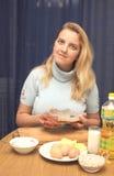 La donna sulla cucina fa un pranzo Fotografie Stock Libere da Diritti