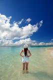 La donna sulla spiaggia gode della luce solare Immagini Stock Libere da Diritti