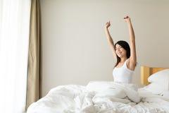 La donna sveglia alla mattina Immagini Stock