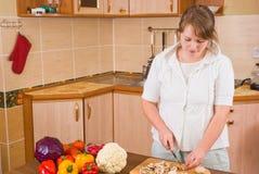 La donna taglia i funghi Fotografia Stock