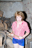 La donna taglia il legno con uno scure fotografie stock libere da diritti