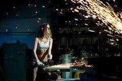 La donna taglia il metallo Immagini Stock Libere da Diritti
