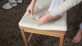 La donna taglia le unghie del piede archivi video