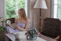 La donna teenager ha letto il libro dentro Fotografie Stock
