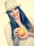 La donna tiene due halfs degli agrumi del pompelmo in mani Fotografia Stock