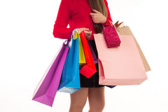 La donna tiene gli acquisti di acquisto, molti sacchi di carta versicoloured dentro Immagine Stock