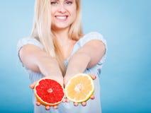 La donna tiene gli agrumi del pompelmo in mani Fotografie Stock Libere da Diritti