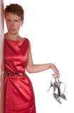La donna tiene i pattini con un alto tallone Immagini Stock Libere da Diritti
