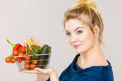 La donna tiene il cestino della spesa con le verdure Immagini Stock
