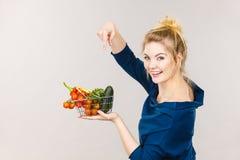 La donna tiene il cestino della spesa con le verdure Fotografie Stock Libere da Diritti