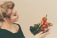 La donna tiene il cestino della spesa con le verdure Fotografia Stock Libera da Diritti