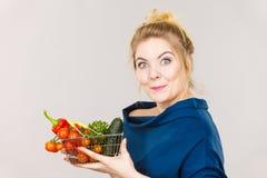 La donna tiene il cestino della spesa con le verdure Immagini Stock Libere da Diritti