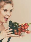 La donna tiene il cestino della spesa con le verdure Immagine Stock