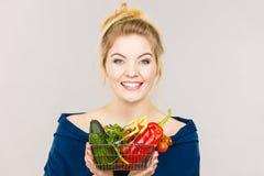 La donna tiene il cestino della spesa con le verdure Immagine Stock Libera da Diritti
