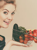 La donna tiene il cestino della spesa con le verdure Fotografie Stock