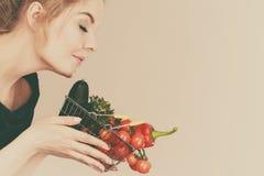 La donna tiene il cestino della spesa con le verdure, odoranti Immagine Stock Libera da Diritti