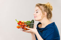 La donna tiene il cestino della spesa con le verdure, odoranti Fotografia Stock