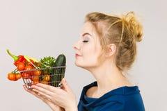 La donna tiene il cestino della spesa con le verdure, odoranti Fotografie Stock