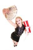 La donna tiene il contenitore di regalo di natale ed i soldi della lucidatura feste Immagine Stock Libera da Diritti