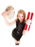 La donna tiene il contenitore di regalo di natale ed i soldi della lucidatura feste Fotografia Stock Libera da Diritti