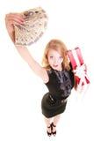 La donna tiene il contenitore di regalo di natale ed i soldi della lucidatura feste Immagine Stock