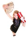 La donna tiene il contenitore di regalo di natale ed i soldi della lucidatura feste Fotografia Stock