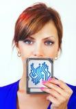 La donna tiene il dispositivo digitale Fotografie Stock