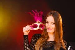 La donna tiene il primo piano della maschera di carnevale fotografia stock libera da diritti