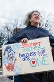 La donna tiene il segno alla giustizia sociale March di Atlanta Fotografia Stock