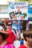 La donna tiene l'anti segno satirico di Trump a raduno politico di Atlanta Fotografie Stock
