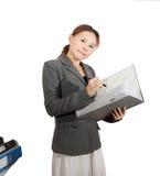 La donna tiene l'isolato spesso della cartella Fotografia Stock Libera da Diritti