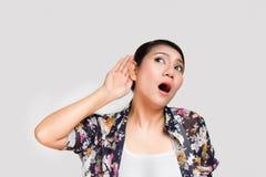 La donna tiene la sua mano vicino all'orecchio Fotografia Stock Libera da Diritti