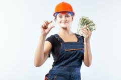 La donna tiene nei suoi bitcoins e banconote in dollari delle mani Fotografie Stock Libere da Diritti