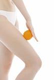 La donna tiene un arancio Fotografia Stock
