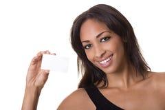 La donna tiene un biglietto da visita in bianco. Fotografia Stock Libera da Diritti