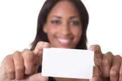 La donna tiene un biglietto da visita in bianco. Fotografie Stock