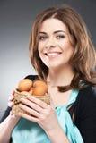 La donna tiene un canestro con le uova di Pasqua Fotografia Stock