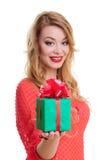 La donna tiene un contenitore di regalo Immagine Stock