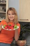 La donna tiene una zolla con le verdure Fotografia Stock