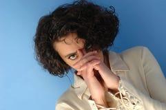 La donna tocca la sua fronte Immagine Stock