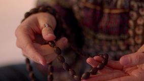 La donna tocca le perle di preghiera delle mani archivi video