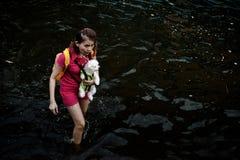 La donna trasporta un cane per evacuare Fotografia Stock Libera da Diritti