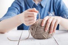 La donna tricotta i vestiti di lana Ferri da maglia Primo piano Lana naturale Fotografia Stock Libera da Diritti