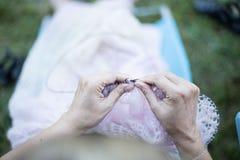 La donna tricotta il maglione dal filato di lana Fotografia Stock Libera da Diritti