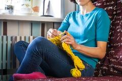 La donna tricotta lavora all'uncinetto immagini stock libere da diritti