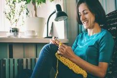 La donna tricotta lavora all'uncinetto fotografie stock libere da diritti