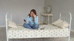 La donna triste è un diabetico con un glucometer in sue mani a casa hyperglycemia stock footage