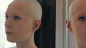 La donna triste in chemioterapia è interessata e preoccupata archivi video
