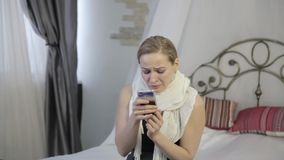 La donna triste e emozionale che grida ed invia un messaggio sul telefono cellulare archivi video
