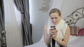 La donna triste e emozionale che grida ed invia un messaggio sul telefono cellulare stock footage
